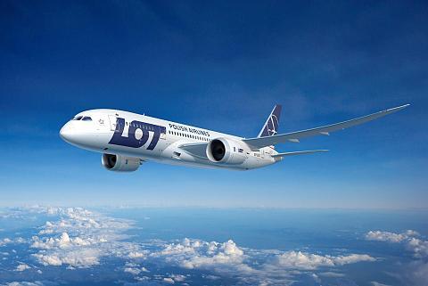 samolot LOT-u na niebie