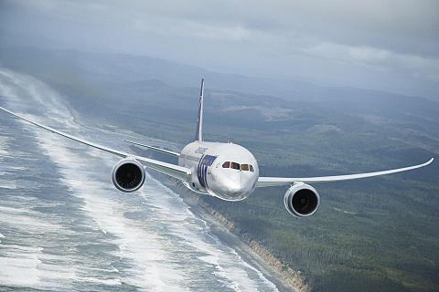 samolot lecący nad wybrzeżem
