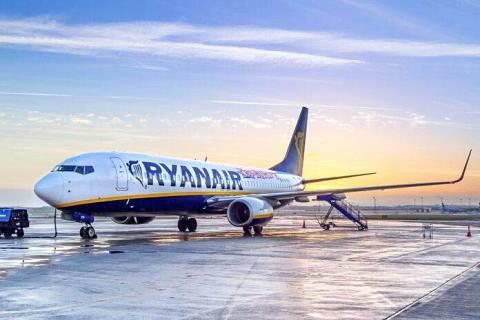 samolot Ryanair na płycie lotniska