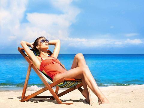 dziewczyna opala się na leżaku na plaż