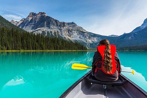 dziewczyna siedząca w kajaku na szmaragdowym jeziorze